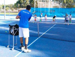 Clase de tenis en el campamento de verano